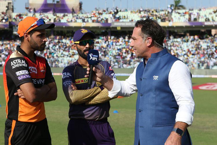 Bhuvneshwar Kumar of SRH and Dinesh Karthik of KKR at the toss during match 2 of the IPL 2019